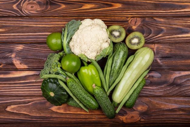Auswahl an grünem gemüse und obst sortiment an frischem gemüse
