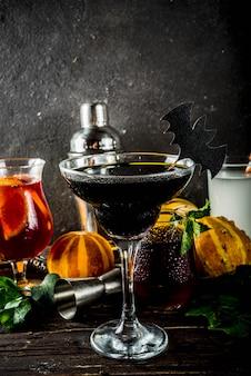 Auswahl an halloween-cocktailgetränken