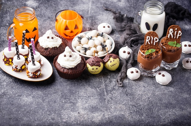Auswahl an halloween-leckerbissen für kinderparty. süße snackbar