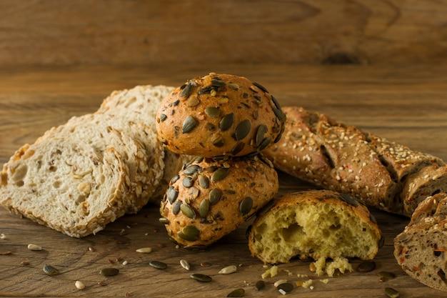 Auswahl an hausgemachtem glutenfreiem veganem brot auf dem rustikalen holztisch. hausgemachtes gebackenes gebäck.