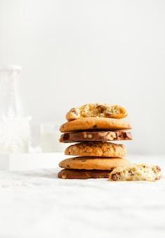 Auswahl an hausgemachten keksen und milch