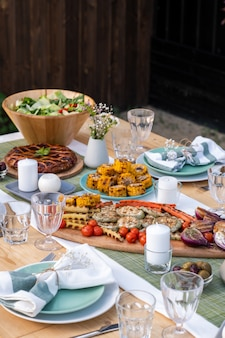 Auswahl an hausgemachten vegetarischen speisen zum mittagessen