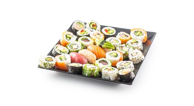 Auswahl an japanischen sushi-rollen nigiri sashimi und maki isoliert auf weiss.
