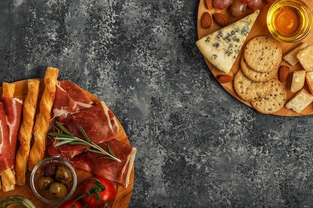 Auswahl an käse- und fleisch-vorspeisen, draufsicht.