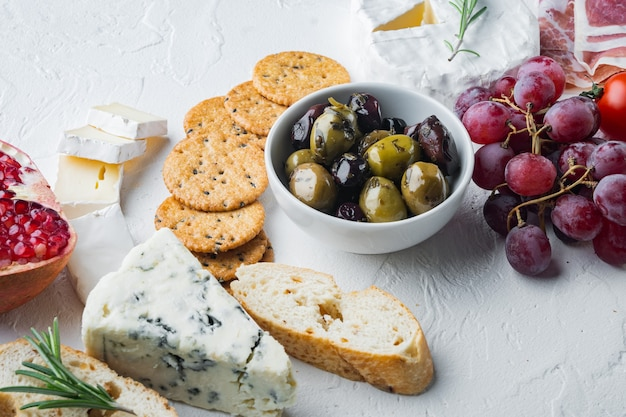 Auswahl an käse- und fleisch-vorspeisen,