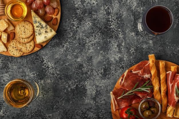 Auswahl an käse- und fleisch-vorspeisen