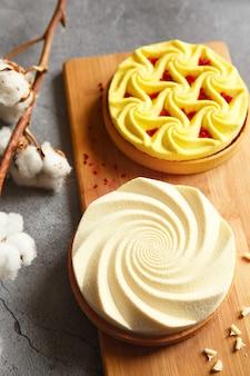 Auswahl an köstlichen und farbenfrohen desserts, zitronenquark-torte, sahnetorte vom konditor