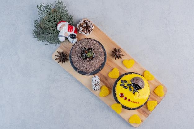 Auswahl an kuchen auf sackleinen mit weihnachtskugeln.
