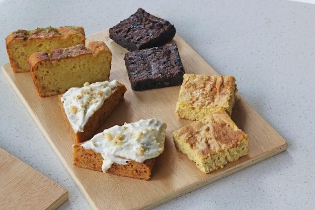 Auswahl an kuchen mit super essen gemacht