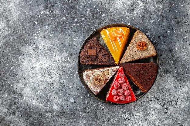 Auswahl an kuchenstücken.