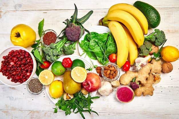 Auswahl an lebensmitteln, die reich an antioxidantien, vitaminen und mineralstoffen sind.