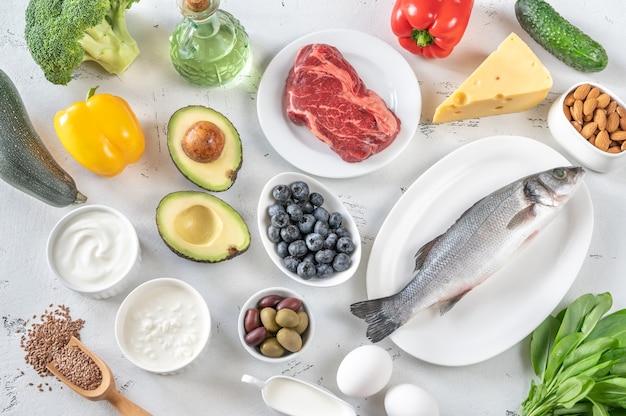 Auswahl an lebensmitteln für die ketogene ernährung flach legen