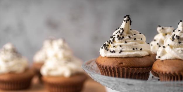 Auswahl an leckeren cupcakes auf glasunterlage