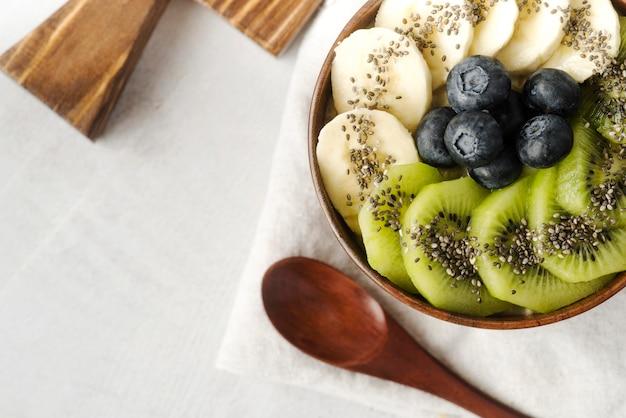 Auswahl an leckeren früchten in einer schüssel