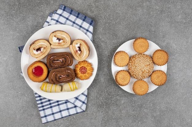 Auswahl an leckeren keksen auf weißen tellern