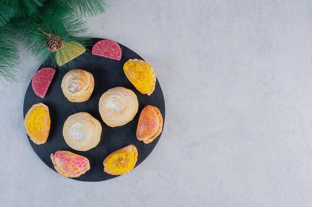 Auswahl an leckeren keksen und marmeladen an der tafel.