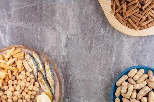 Auswahl an leckeren snacks auf verschiedenen tellern