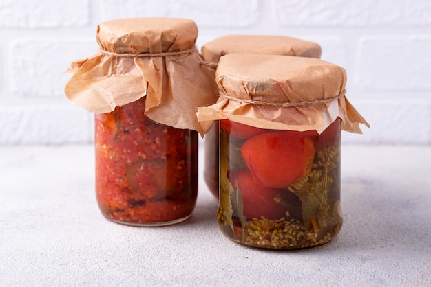 Auswahl an mariniertem oder eingelegtem gemüse.