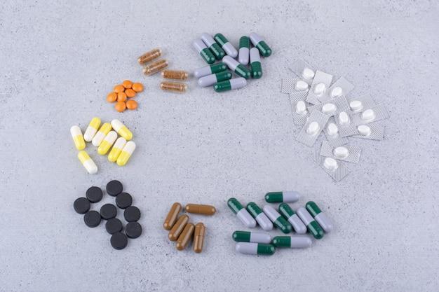 Auswahl an medikamenten auf marmorhintergrund. foto in hoher qualität