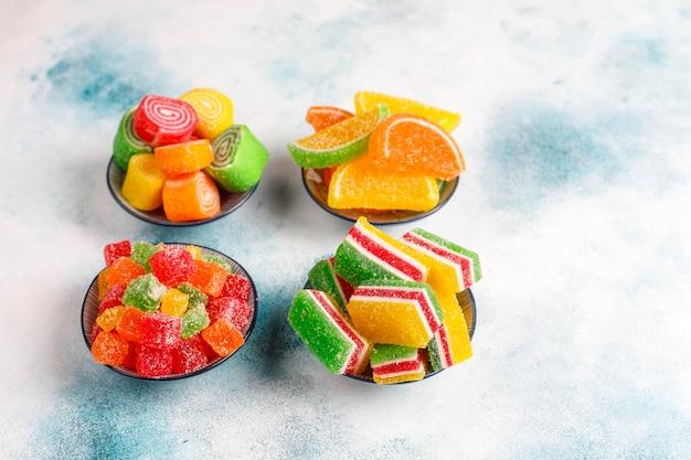 Auswahl an mehrfarbigen marmeladen.
