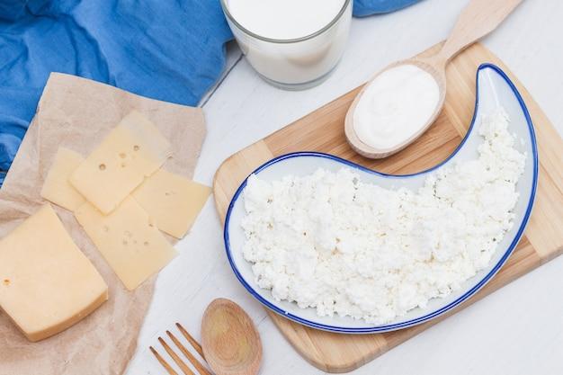 Auswahl an milchprodukten käse, milch, milch, hüttenkäse. natur-bio-produktkonzept.