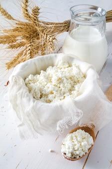 Auswahl an milchprodukten und weizen
