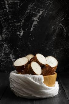 Auswahl an nahrhaften maniokwurzeln in scheiben geschnitten