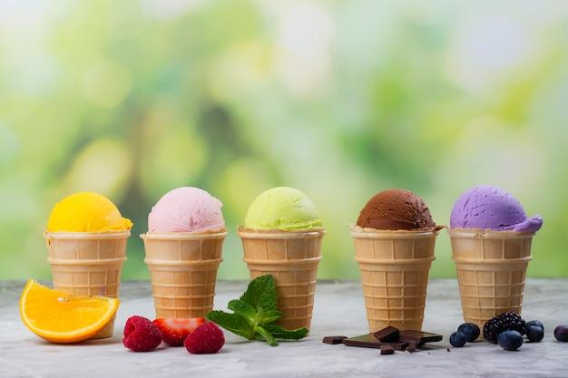 Auswahl an natürlichem eis - erdbeere, schokolade, orange, heidelbeere und minze