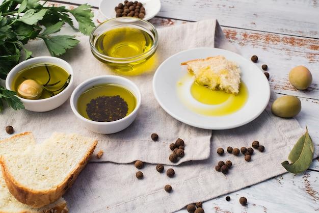 Auswahl an oliven und brot