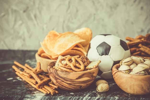 Auswahl an partynahrung für die fußballmeisterschaft