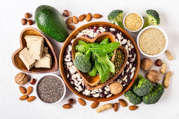 Auswahl an pflanzlichen eiweißquellen und superfoods