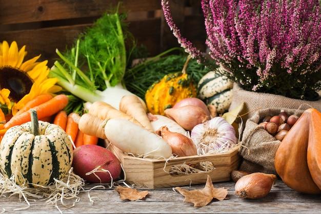 Auswahl an reifem gemüse auf einem rustikalen holztisch. erntekonzept, bauernhof, markt, bio-lebensmittelkonzept.