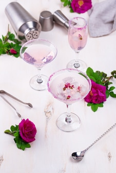 Auswahl an rosa cocktails mit rosensirup.