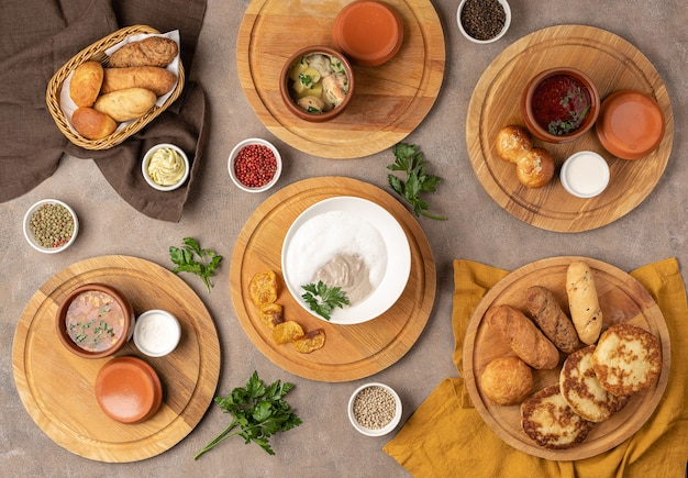 Auswahl an russischen heißen suppen: fischsuppe, borschtsch, pilzsuppe, soljanka, kuchen, brot