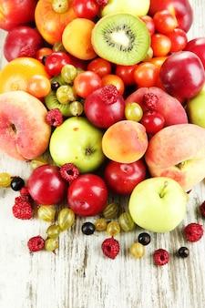 Auswahl an saftigen früchten, auf holzuntergrund
