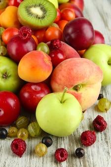 Auswahl an saftigen früchten, auf holzwand