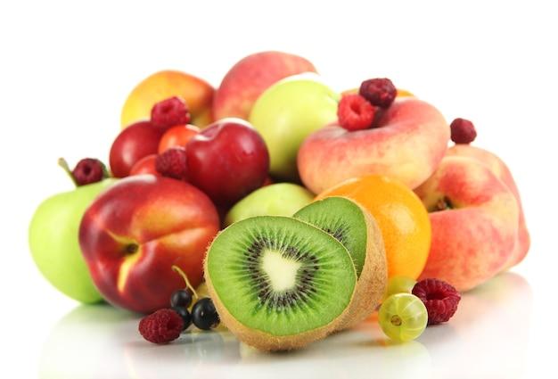 Auswahl an saftigen früchten, auf weiß