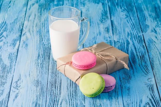 Auswahl an sanften bunten macarons und glas mit milch