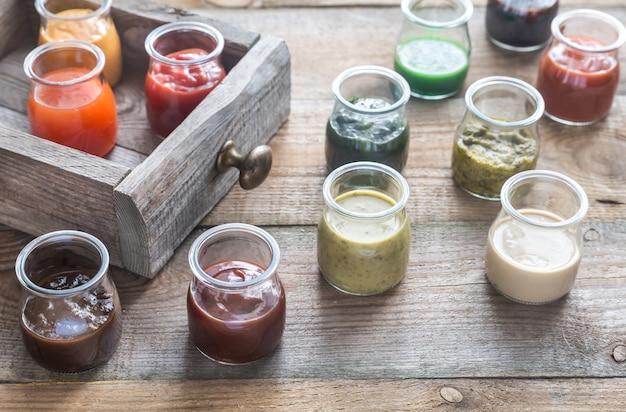 Auswahl an saucen in den gläsern