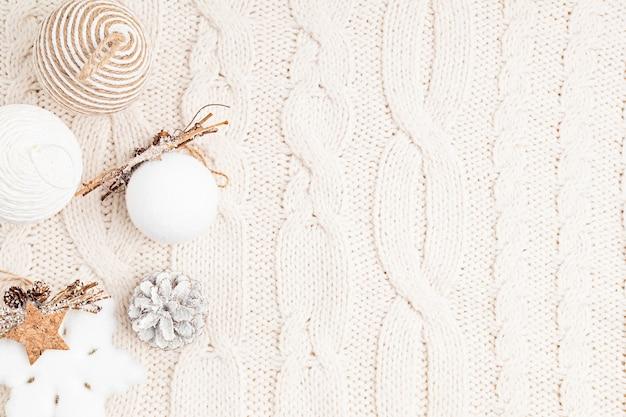 Auswahl an skandinavischem stil, gemütlich, umweltfreundlich, handgefertigte weihnachtsschmuck und -geschenke, flache lage, draufsicht mit kopierraum