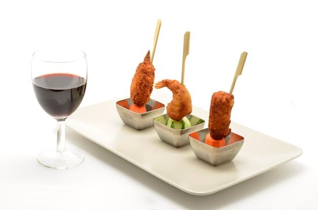 Auswahl an snacks mit rotwein