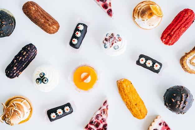 Auswahl an süßwaren, verschiedene arten von kuchen und desserts auf dem tisch.