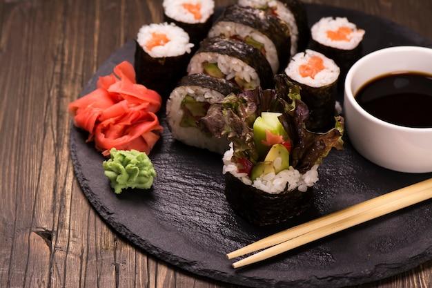 Auswahl an sushirollen mit lachs und gemüse