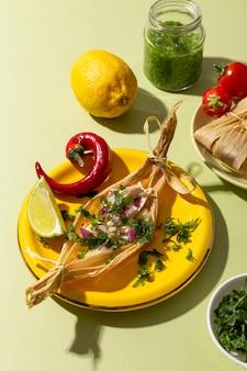 Auswahl an tamales-zutaten auf einem grünen tisch