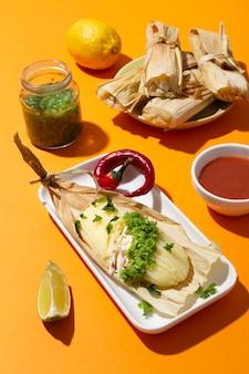Auswahl an tamales-zutaten auf einem orangefarbenen tisch