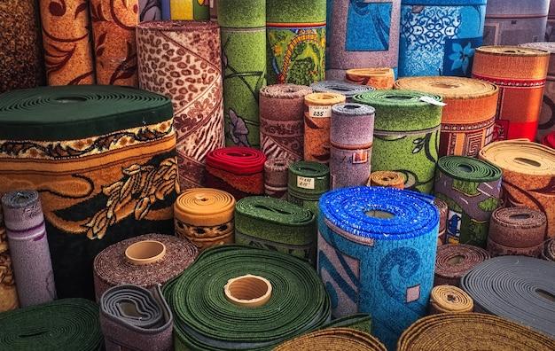 Auswahl an teppichen aufgerollte teppiche ladengeschäft