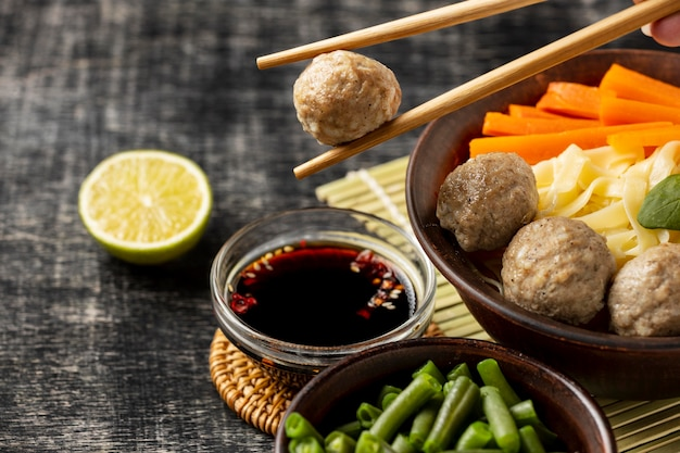 Auswahl an traditionellem indonesischem bakso