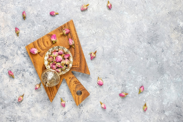 Auswahl an trockenem tee in goldenen vintage-minitellern. teesorten