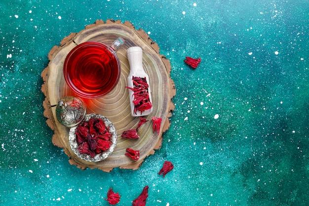 Auswahl an trockenem tee in goldenen vintage-minitellern. teesortenhintergrund