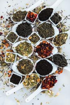 Auswahl an trockenem tee. verschiedene arten von tee isoliert auf weiß.
